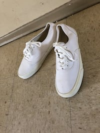 Pair of white low-top sneakers size 9 Winnipeg, R2K 4A1
