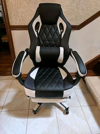 Gaming Chair with Footrest, black and white