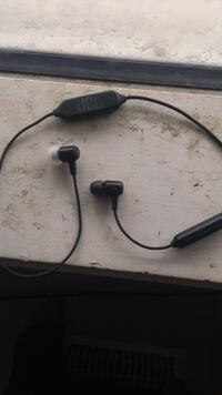 black and gray bluetooth earpiece Cambridge, N3H 1Z1