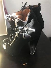 Unpaired black suede side-zip glass-heeled ankle boot like new! size 7 Los Angeles, 90501