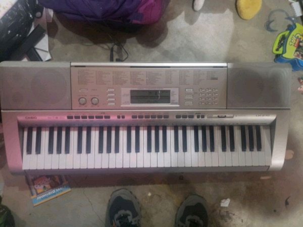 gray and white electronic keyboard 55cd2ea2-ff06-4101-b61d-08f2b99d772d
