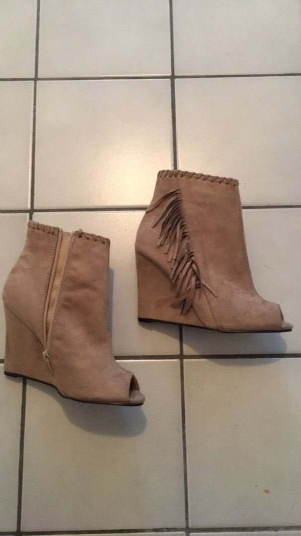 Taupe suede open toe booties w fringe size 6.5