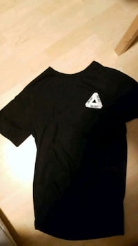 black crew-neck shirt Surrey, V3T