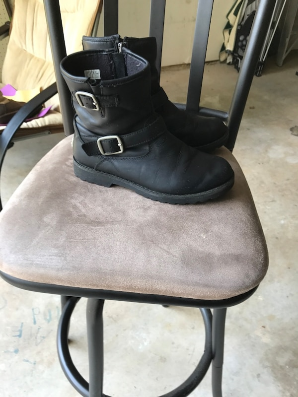 Kids authentic Uggs Black leather side zip boots size 3 12702c75-c3f9-4581-ab76-66f25a9478cf