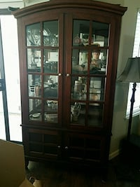Beautiful china hutch in excellent condition. Oakley, 94561