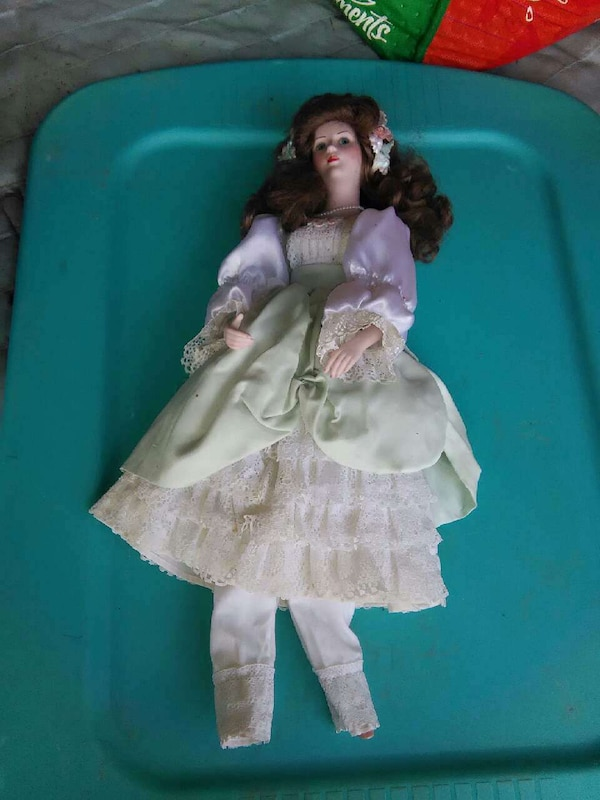 PORCELIN DOLL COLLECTABLE