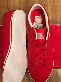 Paar rote K-Swiss Lace Up Turnschuhe