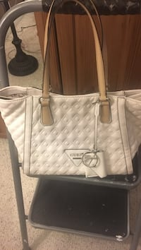 White guess large tote 35$ with free crossbody purse - pick up binbrook !! Serious buyers !!! Hamilton, L0R 1C0