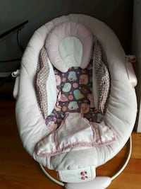 baby's white and pink bouncer Montréal, H1P 1P8