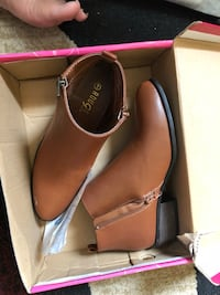 Pair of brown leather slip-on shoes with box Pittsburgh, 15211