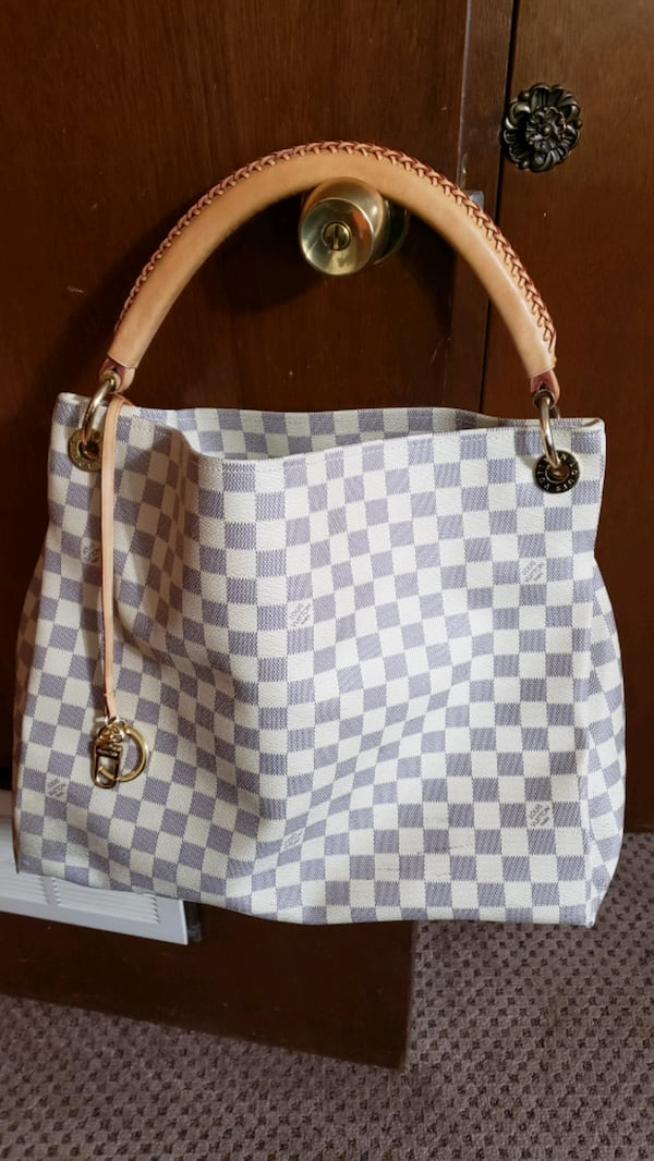THIS BAG IS A ARSTY  LARGE  IN GREAT CONDITION.  441ea022-b4c2-4d14-b703-c645e2218f86