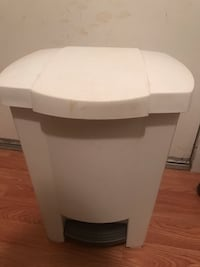 White plastic garbage can 21lb North Vancouver, V7K 2H4