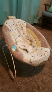 baby's white and pink bouncer Gaithersburg, 20878
