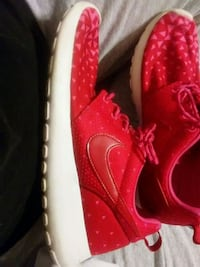 unpaired red Nike low-top sneaker 40 km