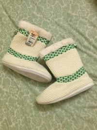 pair of white-and-green knitted boots 223 mi