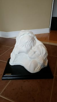 couple kissing carving