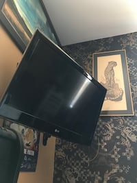 """32 """" lg comes with swivel wall mount"""