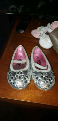 pair of gray leather flats 1462 mi