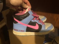 pair of white-and-pink Nike sneakers Clarence, 14031
