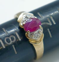 10kt yellow gold ring with red stone size 7.25 total weight 2.0 gr . Pre owned.  840097-1.  Baltimore, 21205