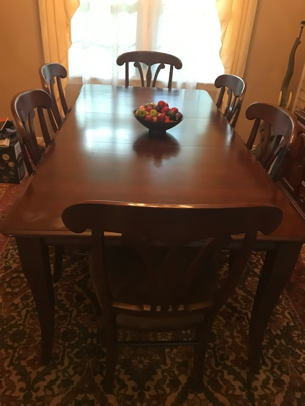 Dining table & chairs 44ea9742-11bf-4e34-837f-ff2ff9ae399d