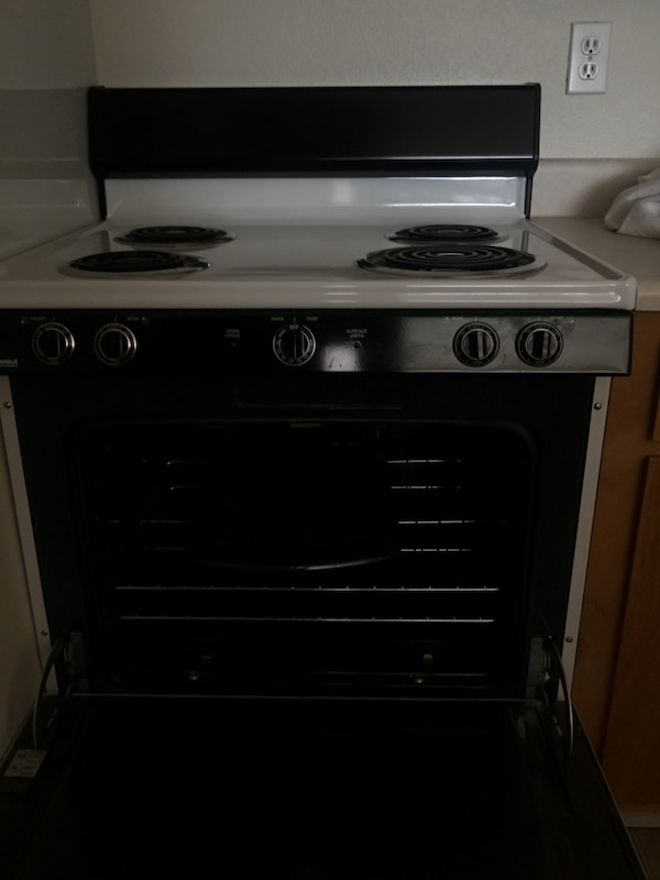 Used Black And White 4 Burner Electric Range Oven 220v Wall Plug Included Today 50 For In Castro Valley Letgo