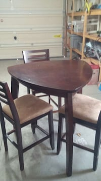 round brown wooden table with four chairs dining set Saint Catharines, L2N 2A9