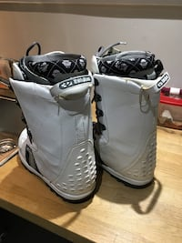 Pair of white leather 11 size snow boots Mississauga, L5E 2C7