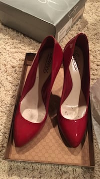 Red patent leather pointed-toe pumps