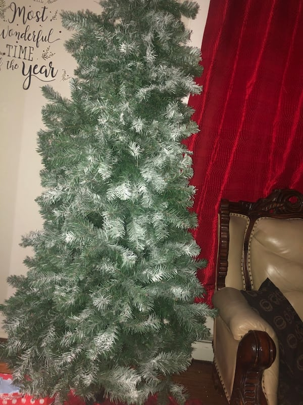 Christmas tree 7ft only red decor included 7ba0ab1e-4a04-4385-b0a4-75341ec1c12c