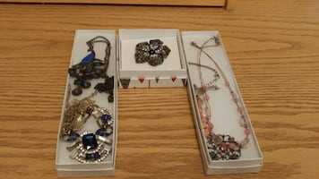 Must go! Jewelry. Good condition & new. Located in Simcoe. Pickup only.