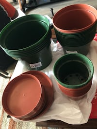Medium to small 34 pots new and some plates  Toronto, M9M