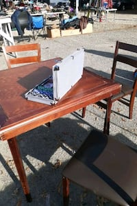 POKER TABLE WITH 3 CHAIRS AND POKER CHIP SET