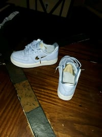pair of white low top sneakers Allen, 75002