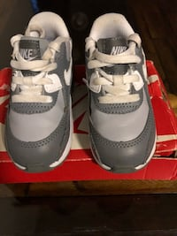 pair of gray-and-white Nike Huarache shoes Dumfries, 22172