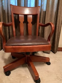 Very nice quality office chair! Wood and leather. Great condition! Sioux Falls, 57103