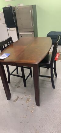 Floor model clearance solid wood expandable table and two chairs Essex, 21221