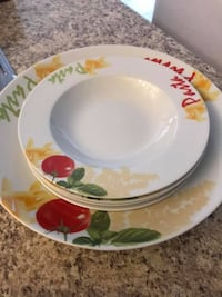 round white and green floral ceramic plate Guelph/Eramosa, N0B