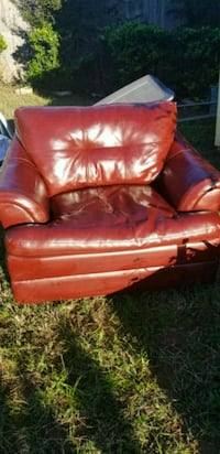 Red leather love seat  Euless, 76039