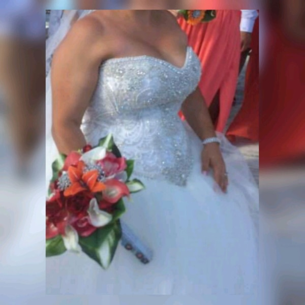women's white wedding ball gown. Serious buyers only  7443dea8-bc32-418a-9e84-8f51cd241ed8