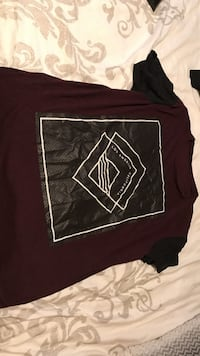 maroon and black crew-neck T-shirt