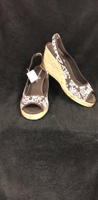 Pair of brown leather peep-toe heeled sandals Fresno, 93728