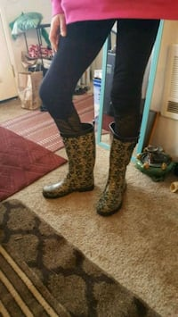 Rain boots with a floral leafy design size 9 Vancouver, 98682
