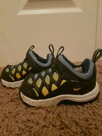 pair of black-and-white Nike running shoes Langley, V1M 3B1