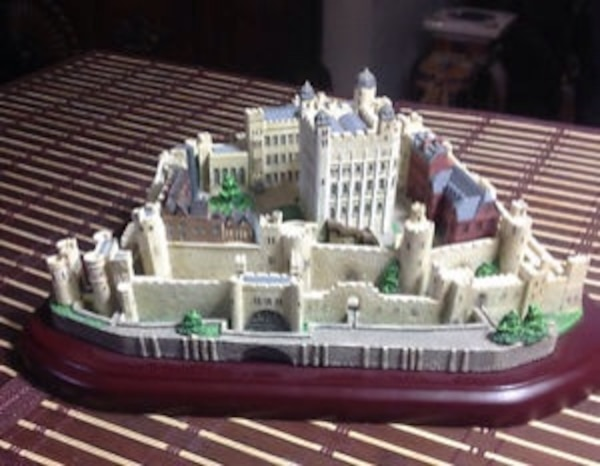 PORCELAIN LENOX CASTLES OF THE WORLD CASTLE NAME : TOWER OF LONDON SIZE :  10 25 INCHES IN LENGTH X 4 25 INCHES IN HEIGHT WITH WOODEN BASE