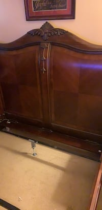 Queen bed frame great condition  Marlton, 08053