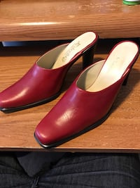 pair of red leather pointed-toe pumps Vaughan, L4K 2K6
