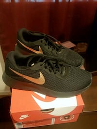 pair of gray Nike running shoes with box San Diego, 92139