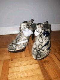 Size 9 Open toes snake print  Toronto, M6M