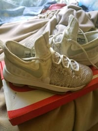 2 pairs youth shoes